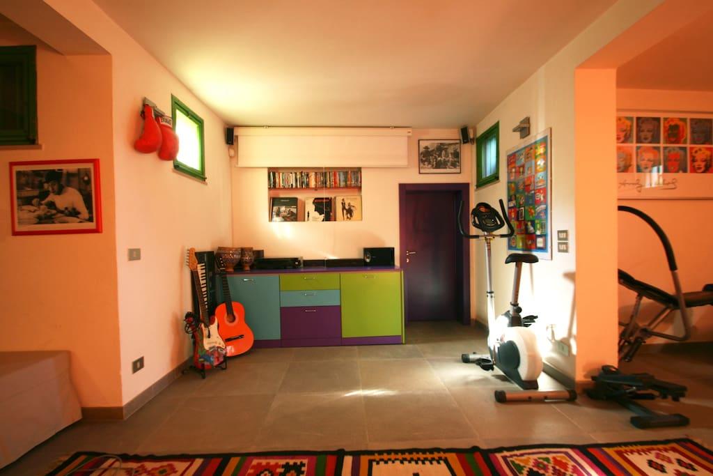 stanza con cyclette, mini stepper, panca per addominali impianto stereo con vinili e video proiettore con dvd e collegamento Sky