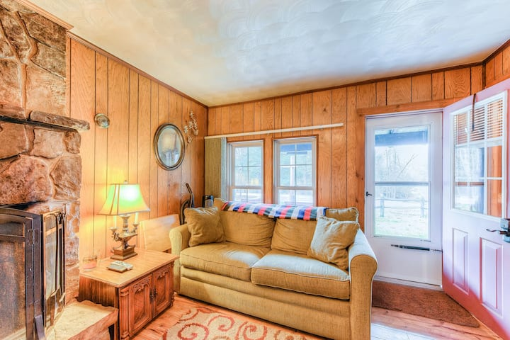 New listing! Cute cabin w/ a full kitchen & firepit - near rivers, parks, & lake