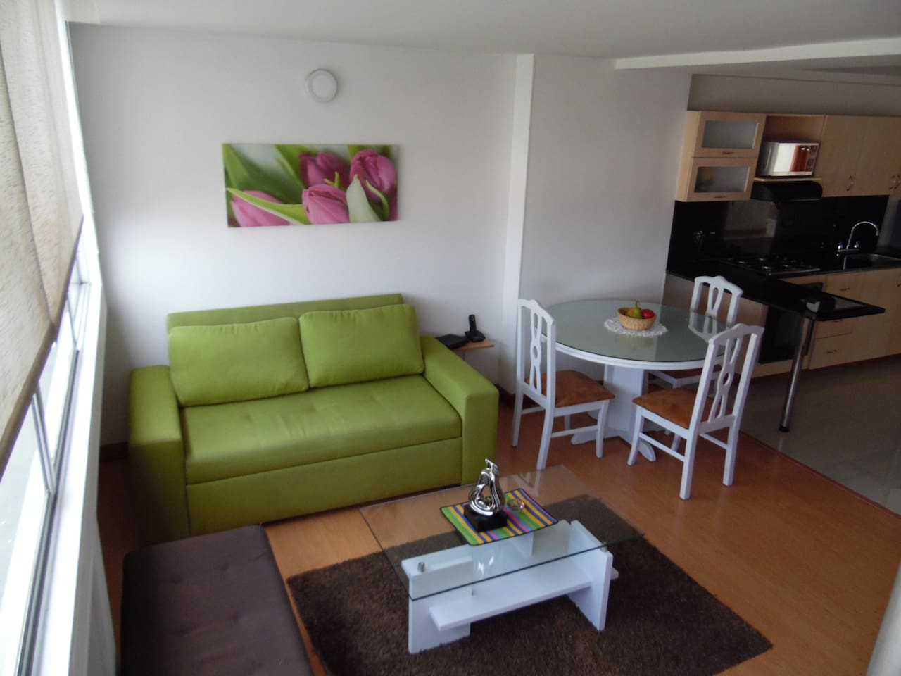 Sala con sofá cama/Living room with a couch