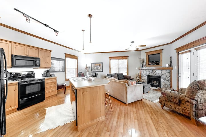 Ideal family & dog-friendly condo w/ high-speed WiFi & shared pool!