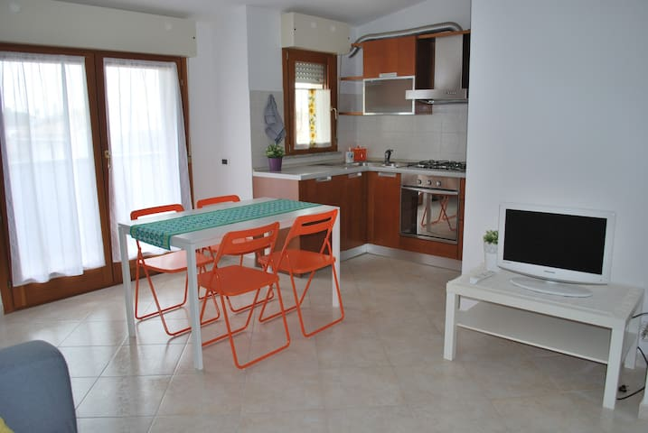 Cosy flat with large balcony and private parking. - Assemini - Apartamento