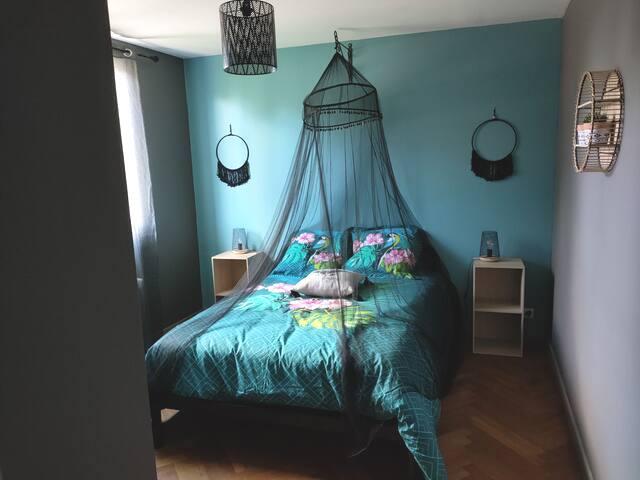 Chambre nº2 à l'étage - 1 lit double + 1 lit simple