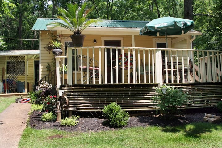 3br cottage in the woods, minutes from Uptown - Athens - Casa de campo