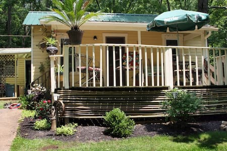3br cottage in the woods, minutes from Uptown - Ateny - Chatka