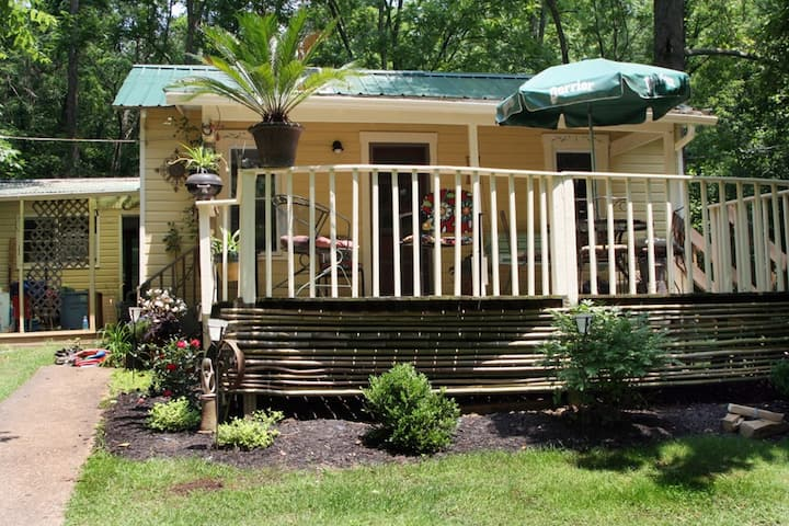 3br cottage in the woods, minutes from Uptown