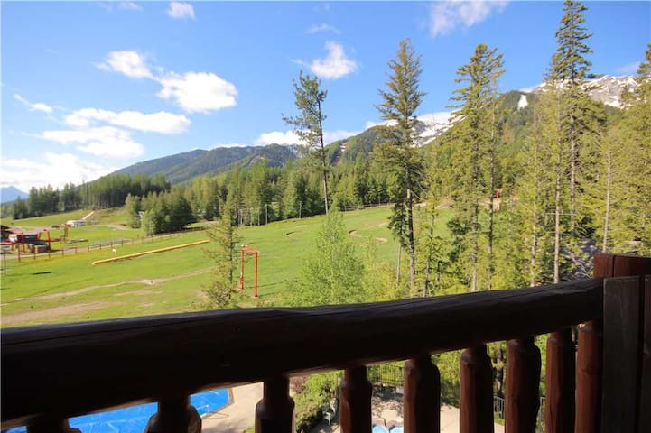 Pet friendly ski in/ski out with kitchen, outdoor hot tub and pool, located under the Elk chair: 307 - Snow Creek Lodge 307