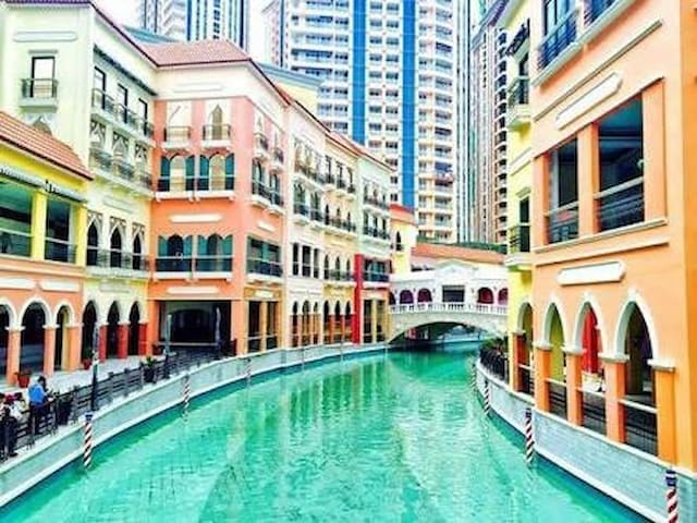 Amazing Grand Canal View +Hi WiFi@BGC Venice Mall!