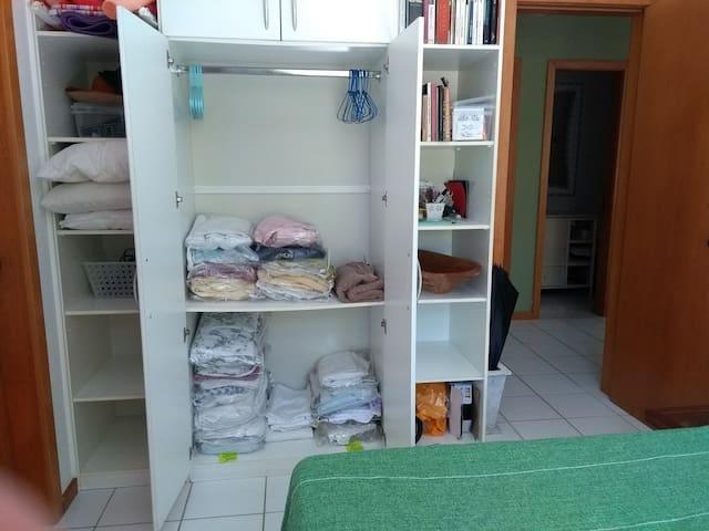 Suite. Dezena de pares de toalhas e dezena de pares de lençois e fronhas. 2 grandes toalhas de praia.