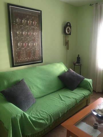 Habitación sofá doble cama.