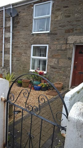 Vegan and dog friendly Cornish cottage bedroom - Redruth - House