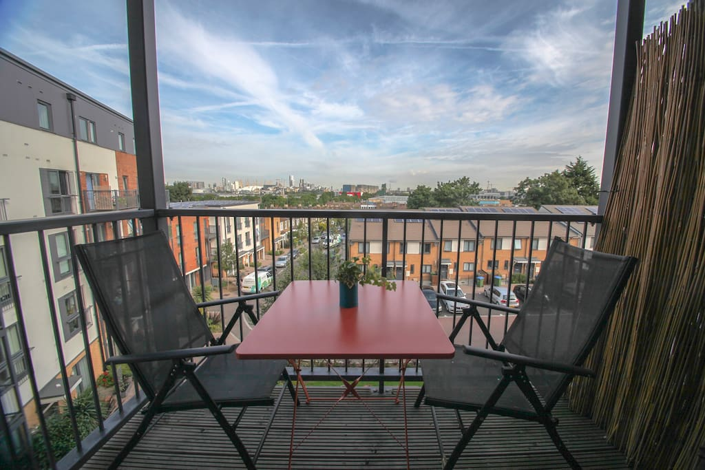 Balcony with outdoor dining and a view of the London skyline. From here you can see the millenium dome and financial district. Great sunsets