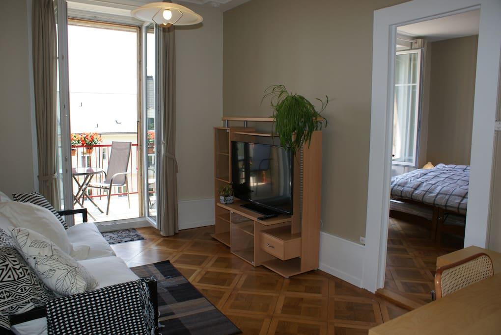 Chambre à coucher et salon-bureau avec grand balcon