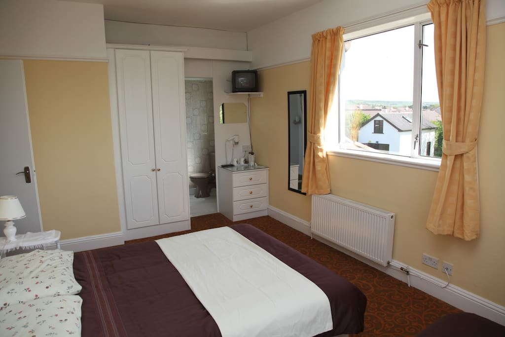 'Room 5' Double bedroom with ensuite and additional single bed