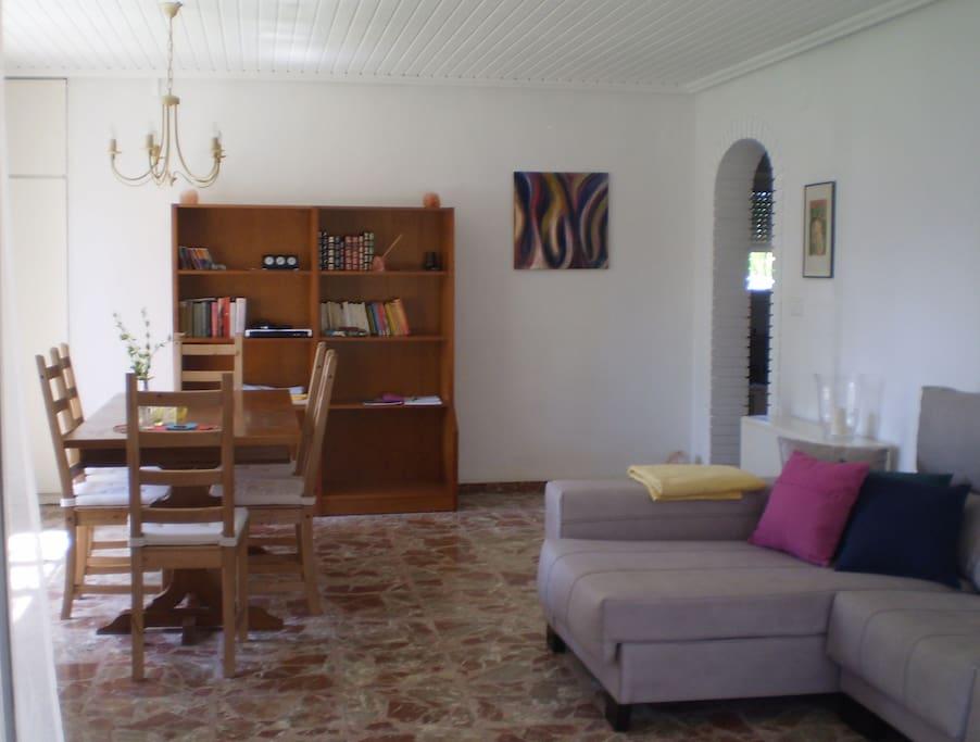 Wohnzimmer, großzügig und hell.