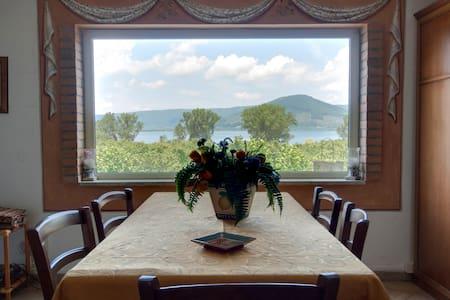 La Finestra sul Lago B&BRoma-Viterb - Ronciglione - 家庭式旅館