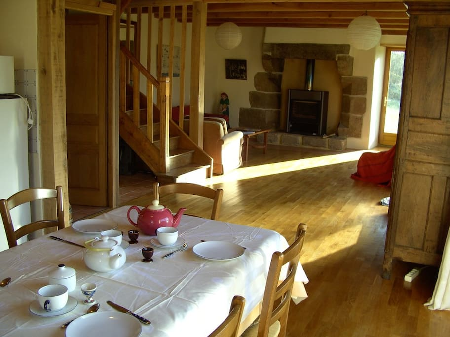 La Grande Table et le Salon, Esstisch mit Blick in den Garten und auf den Kamin