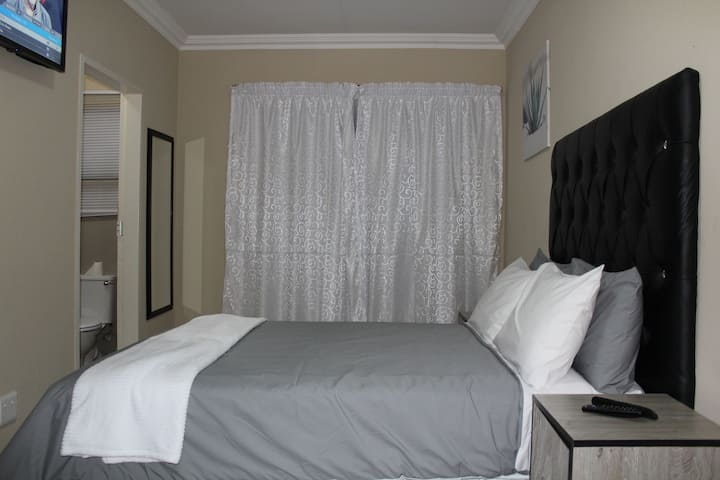 M n M Guesthouse: Double bed with en-suite. Room 6