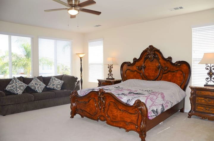 luxury main bed room with private restroom 30days