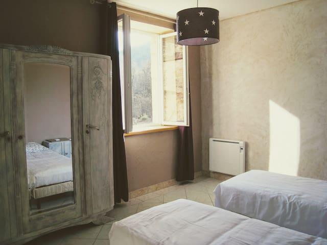 1ère version de la chambre Lin avec 2 lits simples