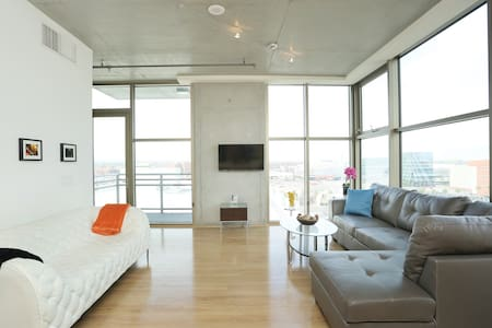 Modern Jewelbox Loft in Downtown LV - Лас-Вегас