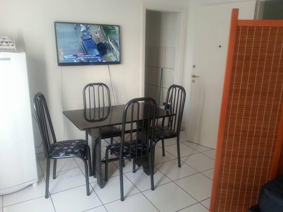 Sala de jantar com TV LCD/ geladeira Brastemp