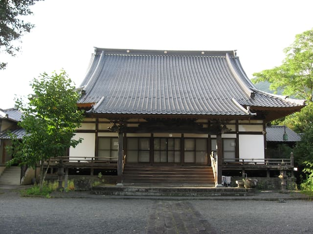 A 430-year old Buddhist temple. - Takachiho-chō - Dům