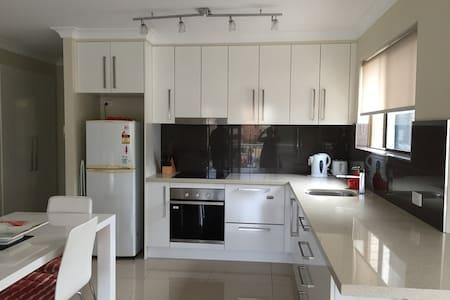 2 bedroom apartment at Kings Beach - Caloundra - Lakás