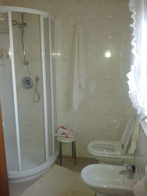 ensuite bathroom Il bagno