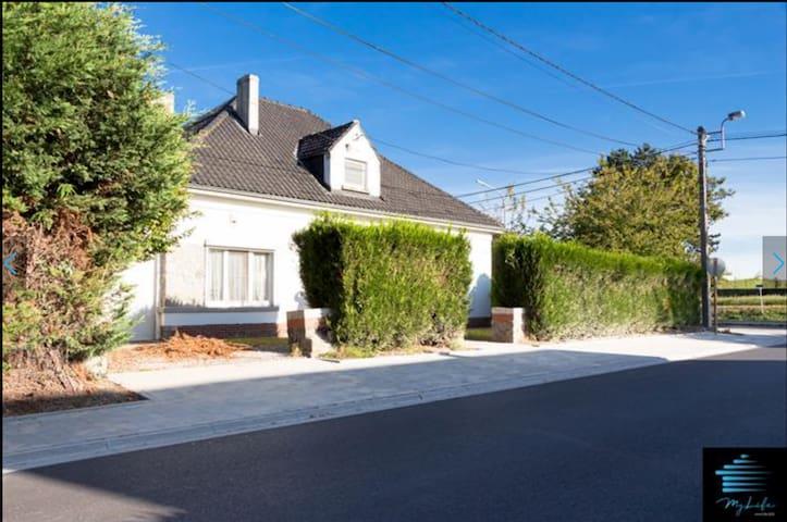 Devant la villa à Saint-Symphorien