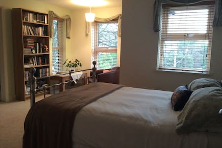 Spacious double room with en-suite  - Chafford Hundred - Bed & Breakfast