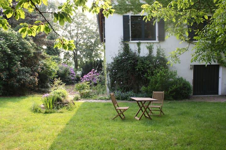 Garten mit Eingangsbereich zur Ferienwohnung