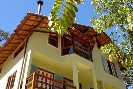 Bela Casa à Beira-Rio na Serra - Nova Friburgo - Dom