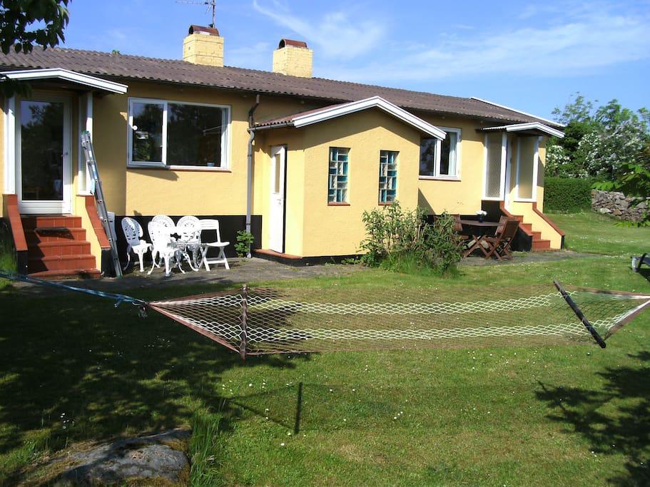 Her ser man huset fra østsiden med toiletbygningen og de østvendte terrasser.