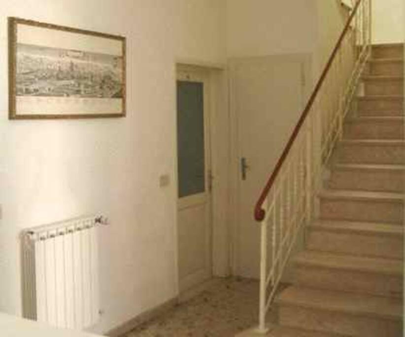 Ingresso della casa e accesso al primo piano