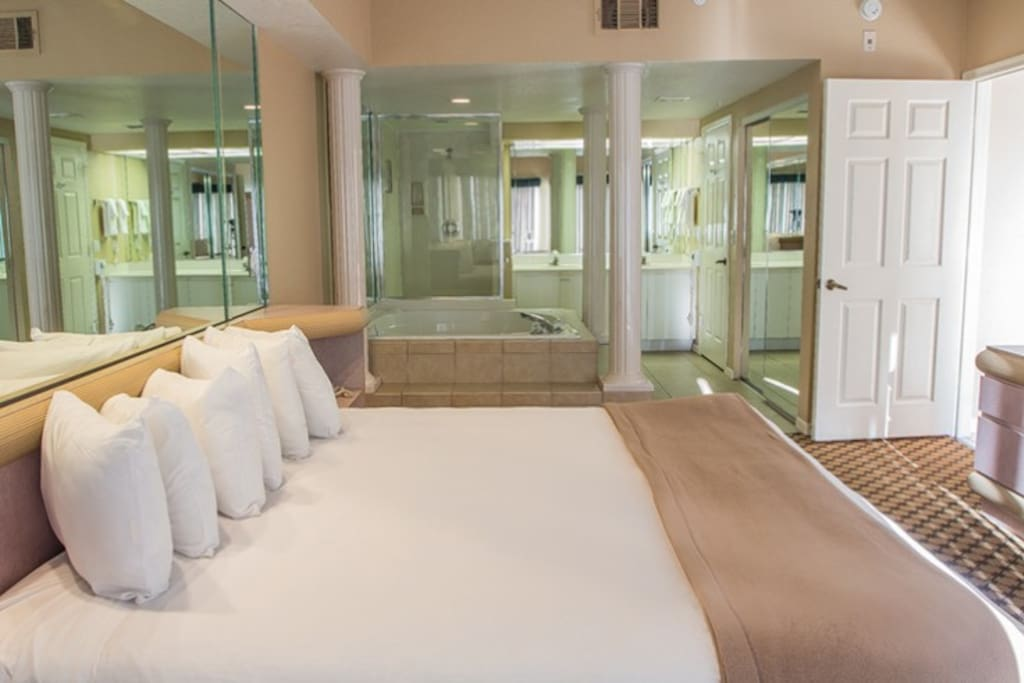 Master bedroom #1 with its jacuzzi and king size bed.