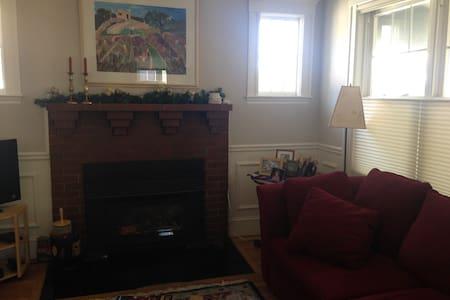 Sunny comfortable room near Cambridge - Arlington - Condominium