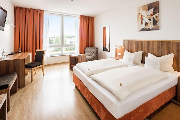Hotelzimmer mit Kochnische & Bad / Landshut