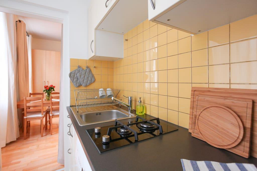 Küche ist voll ausgestattet -  Herd,  Mikrowelle und Ofen,  Kühlschrank, Geschirrspüler Waschmaschine,  Wasserkocher, Arbeitsfläche, Geschirr und Gläser