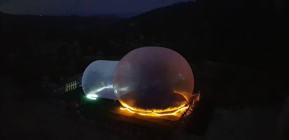 Hotel burbuja transparente entre mar y montaña