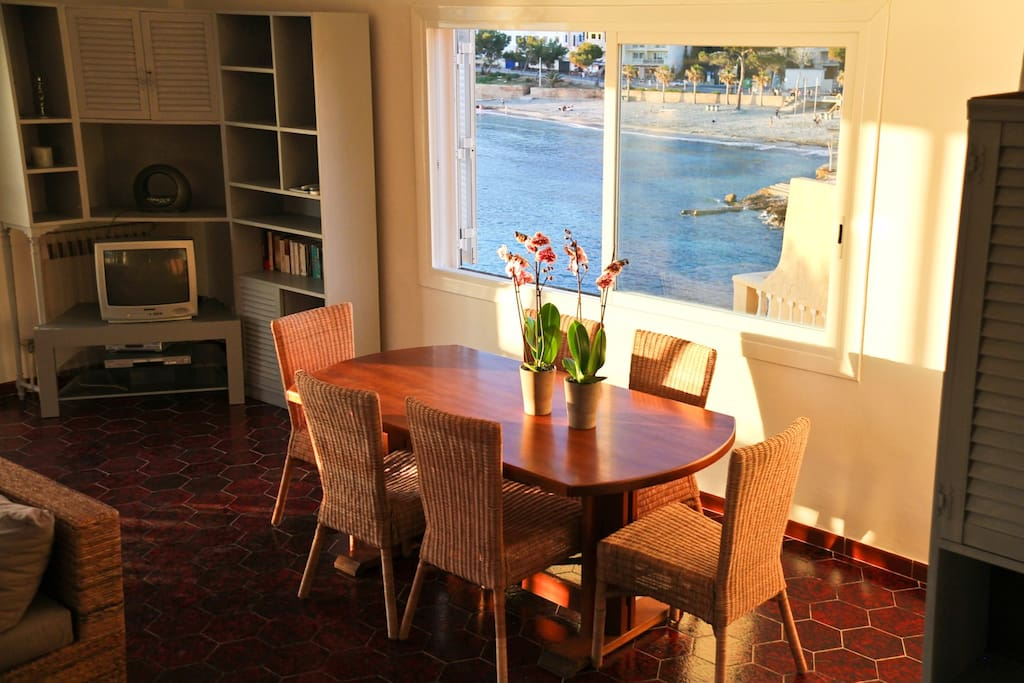 Dining space with sea-view ( the TV set has been changed since the picture !)