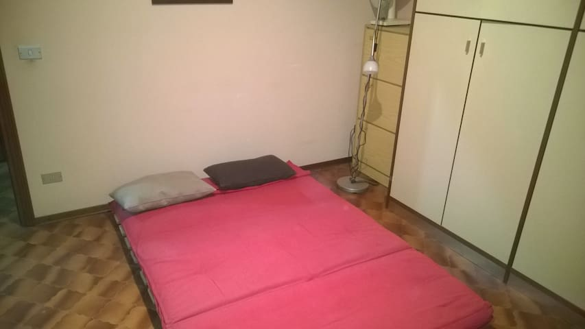 Camera con divano-letto.Possibile trasporto Modena