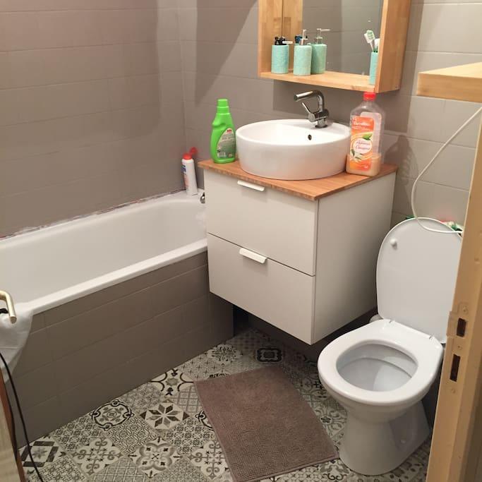 salle de bain entièrement refaite avec wc