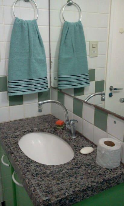 Banheiro com armário.