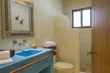 Baño amplio con regaderas y toallas incluidas
