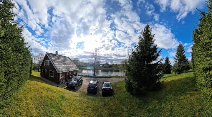 Villapuhkus kuppelmaastiku keskel järvekese kaldal