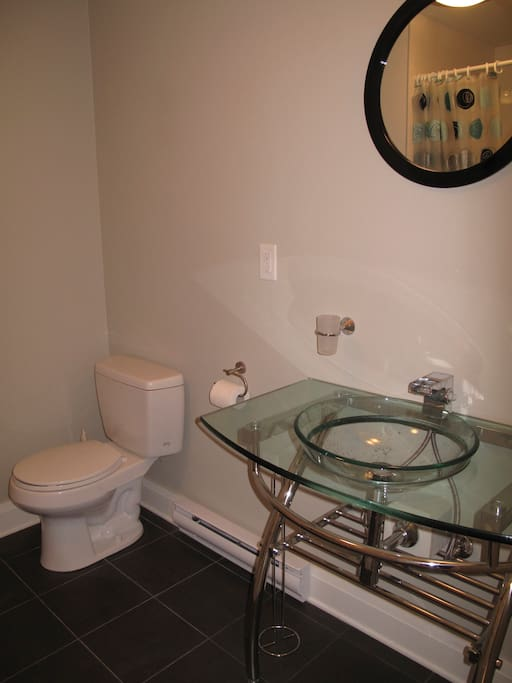 Bathroom with tub for Bedroom 1