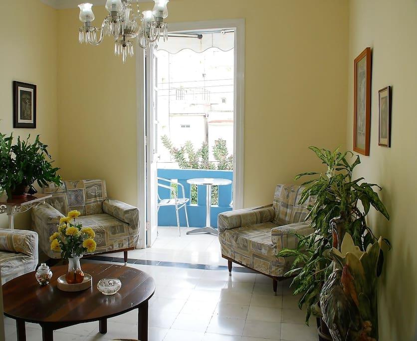 Desde la sala se puede acceder al balcón a tomar un rico Mojito y disfrutar de la tranquilidad del Vedado, barrio habanero cargado de historia.
