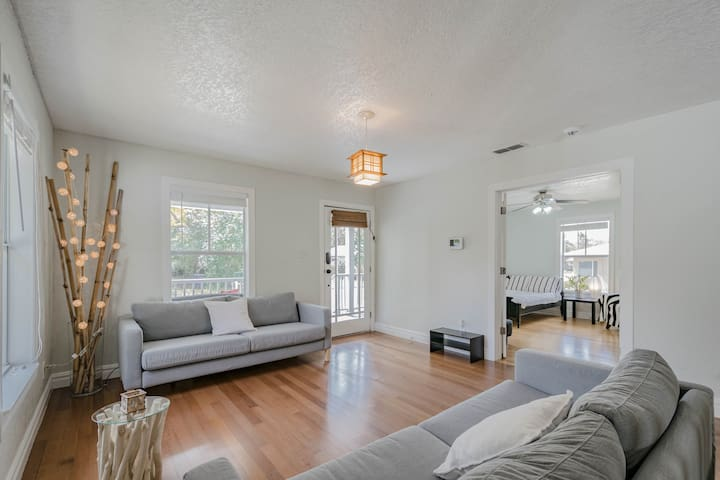 Minimalist and Quiet Private Room in Central Tampa