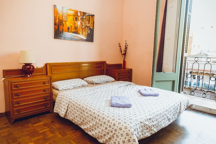 Quiet Family Room + Balcony Center - Barcelona - Guesthouse