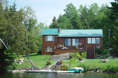 Johnsons Lake Cottage with Hot Tub - Ladysmith - Cabaña